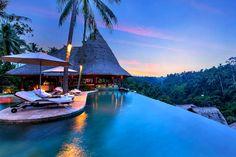 Ter uma piscina com borda infinita é um trunfo na decoração da área externa da casa. O recurso valoriza e traz beleza à arquitetura do imóvel. Confira!