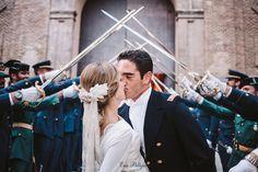 TERESA Peinado de novia de trenza con tocado de flores y semillas blancas de Cruz Temprado. Maquillaje de novia y peinado, Eva Pellejero.