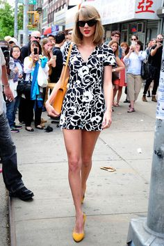 Pin for Later: We're Crowning Taylor Swift the Queen of Summer Street Style A graphic black-and-white jumpsuit paired with blazing yellow accessories made for an eye-catching outfit Taylor fans won't soon forget. Taylor Swift Sexy, Estilo Taylor Swift, Taylor Swift Facts, Taylor Swift Style, Taylor Swift Pictures, Street Style 2014, Street Style Summer, Fashion Moda, Look Fashion