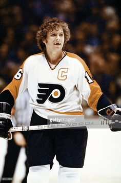 NHL Finals, Philadelphia Flyers Bobby Clarke on ice during Game 3 vs Montreal Canadiens, Philadelphia, PA Flyers Players, Flyers Hockey, Hockey Cards, Philadelphia Flyers Logo, Philadelphia Pa, Nhl Stanley Cup Finals, Hockey Hall Of Fame, Montreal Canadiens, Celebrity Photos