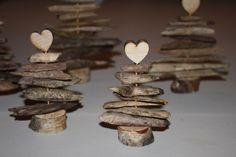 Til disse fine, små juletræer skal du bruge nogle stykker træ i forskellige størrelser. Træflis er en god mulighed. Til foden er brugt en...