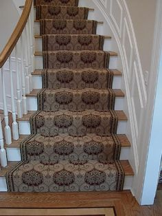 Love how well the pattern moves along the stairs.