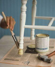 Læs denne guide til, hvodan du let maler dine egne møbler. Her er liste til udstyr, som du skal bruge samt trin for trin guide til maling af møbler.
