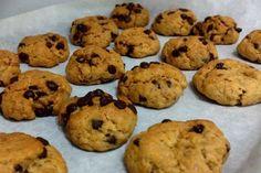 Αλεύρι, βούτυρο, αβγό, ζάχαρη και ό,τι συνοδευτικό υπάρχει στο σπίτι: ένα μίγμα όλα μαζί, μικρά μπαλάκια για δέκα λεπτά στον φούρνο και σε λίγο γεύεσαι το ολόφρεσκο, αφράτο μπισκότο που λαχτάρισες. Biscuits, Food To Make, Sweet Tooth, Muffin, Cooking Recipes, Yummy Food, Sweets, Cookies, Eat