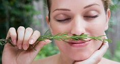 Sniff rosemary: The herb has been shown to improve working memory because it appears to have an arousing effect on a brain chemical called acetylcholine, which plays a key role in maintaining attention Health Guru, Health Class, Health Trends, Womens Health Magazine, Hair And Makeup Tips, Pregnancy Health, Women Pregnancy, Healthy Women, Stay Healthy
