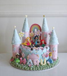 Princess castle cake Disney Princess Birthday Cakes, Castle Birthday Cakes, Birthday Desserts, Birthday Cake Girls, 5th Birthday, Disney Castle Cake, Disney Cakes, Princess Castle Cakes, Gingerbread Castle