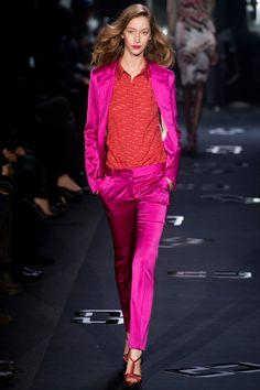 Diane von Furstenberg Fall 2013 Ready-to-Wear Fashion Show - Cara Delevingne Pink Fashion, Colorful Fashion, Runway Fashion, Fashion Show, Fashion Outfits, Fashion Design, Diane Von Furstenberg, New York Fashion, Dior