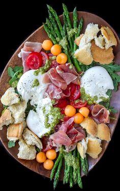 salada de burrata com presunto e espargos, um almoço saudável para começar bem a semana