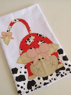 Tecido algodão colorido.  Patch aplique de Vaca de laço.  Bordado em ponto caseado.  Barra e aplicação em tecido 100% algodão.  Sob encomenda, as estampas podem sofrer alterações, mantendo as tonalidades.