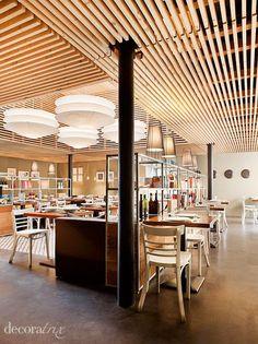 Techo de listones de madera natural, perfecto para ocultar sobre el instalaciones y luminarias