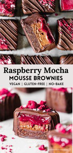 Raspberry Mocha Mousse Brownies - Vegan Desserts - Addicted to Dates Raw Dessert Recipes, Raw Desserts, Vegan Recipes, Beste Brownies, Raw Brownies, No Bake Brownies, Vegan Chocolate, Chocolate Recipes, Baking Tins