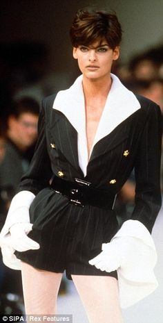 Chameleon: The Ninties runway star with her long limbs and versatile look was a muse for many designers Linda Evangelista Fashion Week, 90s Fashion, Retro Fashion, Runway Fashion, High Fashion, Vintage Fashion, Vintage Clothing, Paris Fashion, Linda Evangelista