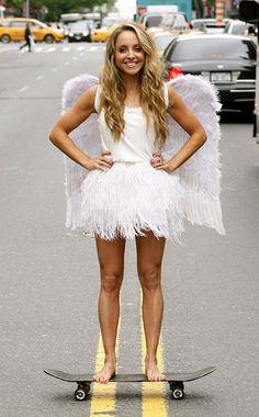 next halloween costume. Angel Costume Women, Costumes For Women, Adornos Halloween, Halloween Disfraces, Angel Halloween Costumes, Tutu, Feather Skirt, Angel Outfit, Halloween Kostüm