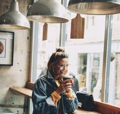 Discovered by Mary-Elle. Find images and videos about zoella, zoe sugg and coffee on We Heart It - the app to get lost in what you love. Zoella Outfits, Zoe Sugg, Jean Jacket Outfits, Coffee Pictures, Sexy Girl, Photography Poses, Style Icons, Autumn Fashion, Style Inspiration