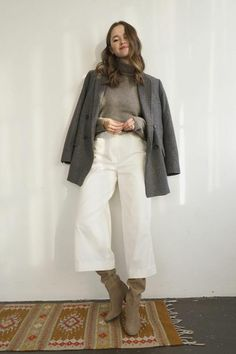 The cashmere sweater is soft and comfortable. A pure cashmere sweater is made of cashmere sweater. Summer Business Casual Outfits, Casual Winter Outfits, Valeria Lipovetsky, Beige Outfit, Cashmere Turtleneck, Classy Casual, Gaucho, Fashion Outfits, Girly Outfits