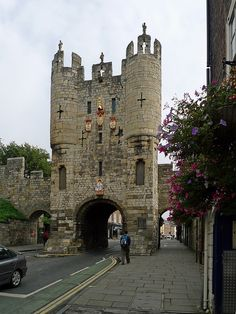Micklegate Bar, York, England This fantastical gatehouse is the Micklegate Bar, the main entrance into the city of York. Yorkshire England, North Yorkshire, Yorkshire Dales, Cool Places To Visit, Places To Travel, York England, Northern England, England And Scotland, English Countryside