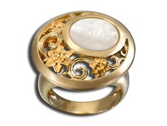 Jazmín ring in yellow gold with mother-of-pearl. www.carreraycarrera.com