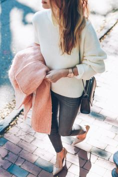 Chic outfit for fall skinny jeans sweater and pumps - Jess Kirby