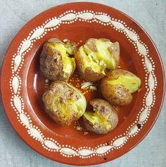 """Batatas assadas a murro adoro!! São as minhas favoritas  Só tive de cozer as batatas inteiras dar-lhes um """"murro"""" e levá-las ao forno com azeite e alho... - Punched roasted potatoes i love those!! They are my favorite  I only had to cook the whole potatoes give them a """"punch"""" and take them to the oven with olive oil and garlic ...yummy  #vegan #vegetarian #veganfood #potatoes #rosted #food #vegansofig #dinner #vegetariano #vegano #dobem #saudavel #batatas #comida #"""
