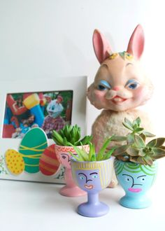 DIY planters made from painted egg cups by Jennifer Perkins Plastic Easter Eggs, Easter Egg Crafts, Plant Crafts, Upcycled Crafts, Diy Hanging, Diy Planters, Crafts For Kids, Egg Cups, Crafty