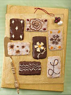 Klassisches Gebäck zu Weihnachten mit süßen Trockenfrüchten, wie Apfelringe, Cranberrys und Aprikosen sowie weihnachtlichen Gewürzen