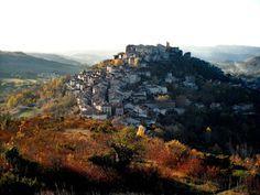 フランスに100村余り存在する「最も美しい村」。いずれも独特の景観や昔ながらの文化を維持している貴重な小村であり、保護協会によって管理されている。山間や街から離れた辺鄙な場所が多いためアクセスが良いとは言えないが、だからこそ感じられる静謐な空気や独特の美しさは訪れた者にしか分からない。今回はジブリの代表作「天空の城ラピュタ」のモデルの一つと言われるコルド・シュルシエルをご紹介しよう。