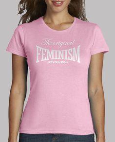Camiseta feminista THE ORIGINAL FEMINISM REVOLUTION. Diseñada para apoyar el feminismo, movimiento social que pide para la mujer el reconocimiento de unas capacidades y unos derechos que tradicionalmente han estado reservados para los hombres. Esta camiseta de corte regular pero adaptándose perfectamente a la figura femenina. Uso de pigmentos ecológicos. Tejido especial de una suavidad increíble. 100 algodón pre-encogido.