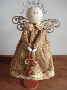 Anjo confeccionado em tecido e madeira.                                                                                                                                                                                 Mais Christmas Tree Angel, Christmas Nativity, Christmas Crafts, Christmas Decorations, Nativity Crafts, Primitive Crafts, Entertaining Angels, Wood Angel, Handmade Angels