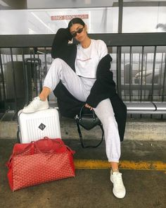 25 Casual Airport Travel Outfit Ideas for Your Next Trip - Hello Bombshell! Cute Airport Outfit, Airport Travel Outfits, Cute Travel Outfits, Comfy Travel Outfit, Airport Look, Travel Outfit Summer, Sporty Outfits, Airport Style, Cute Outfits