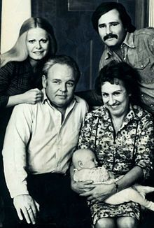 """All in the Family"" U. network to top the Nielsen ratings for five consecutive years. It starred Archie Bunker (Carroll O'Connor), (Edith Jean Stapleton, Gloria (Sally Struthers) & Michael (Rob Reiner). Radios, Jean Stapleton, Sally Struthers, Carroll O'connor, Tv Vintage, Vintage Stuff, Archie Bunker, All In The Family, Entertainment"