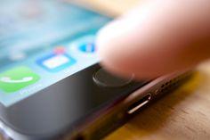 Hasta la fecha el supuesto iPad Air 2 que Apple presentará el próximo jueves se ha dejado ver en diversas imágenes que mostraban el dispositvo ensamblado y listo para su venta. Las nuevas imágenes conocidas hoy muestran en detalle diferentes componentes internos del nuevo iPad, entre ellos el cable del dispositivo Touch ID ubicado en el botón Home.