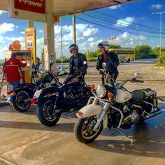 Parada no posto para recarregar as motos em um dos nossos cafés da manhã!