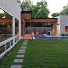 StudioMET Architects designed a modern family home in Houston, Texas that is built around an old oak tree, a pool, and a green yard. Facade Design, Exterior Design, Residential Architecture, Modern Architecture, Houston Texas, Morden House, Exterior Color Palette, Glass House Design, Mcm House