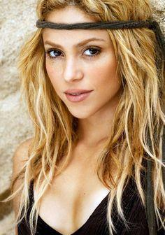 Shakira es un artista de pop. Ella es de Barranquilla, Colombia. Ella tiene la fundacion pies descalzos. Tambien ella es caritiva y dona millónes de dollares.
