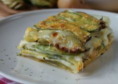 La parmigiana bianca di zucchine e patate è un variante super gustosa e filante della più classica parmigiana di melanzane che tutti o quasi conoscono.