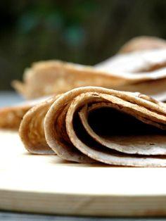 La pâte à galettes de blé noir traditionnelle  Ingrédients (pour 10 galettes) : - 330 g de farine de blé noir - 10 g de gros sel - 75 cl d'eau froide - 1 oeuf