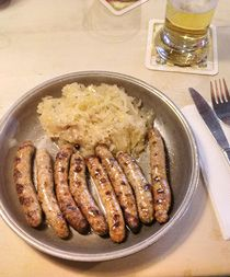 Sechs auf Kraut - sechs Nürnberger Bratwürste mit Sauerkraut
