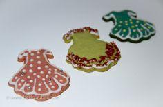 Kekse in Kleiderform/dress cookies. Zum Rezept/Find the recipe here: http://www.backzauberin.de/gebaeck-kekse/ausstecherle/