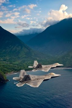 Lockheed Martin Raptors - fifth generation stealth air superiority fighter at Hickam AFB, Hawaii Military Jets, Military Weapons, Military Aircraft, Fighter Aircraft, Fighter Jets, Photo Avion, F22 Raptor, Jet Plane, Air Force