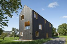 Completed in 2016 in Lochau, Austria. Images by Archive Bernardo Bader Architects . In a very narrow assembled building plot the house tries to formulate its architectural idea from the barriers and disadvantages of the split. Only...
