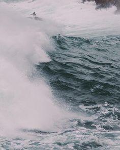 The breaking of a wave cannot explain the whole sea no sé si Nabokov tendría razón en esto. . . .  #beach #nature #water #ocean #sea #instagood #photooftheday #beautiful #beauty #shore #waterfoam #seashore #waves #wave #galicia #descobregalicia #hallazgosemanal