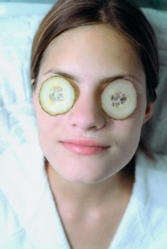 home remedies Bags Under Eyes Home Remedy - Bags under eyes home remedy involves the use of cucumber, tea bags, potatoes, etc. for blotting out the disdainful bags under one's eyes. Under Eye Makeup, Under Eye Mask, Under Eye Fillers, Under Eye Puffiness, Best Eye Cream, Health And Beauty Tips, Skin Tips, Cool Eyes, Home Remedies