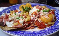 Huevos Motuleños: http://www.melodijolola.com/gourmet-diversion/domingo-de-pichon