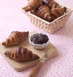 Croissants maison (pâte feuilletée levée rapide) - les meilleures recettes de cuisine d'Ôdélices Gourmet Desserts, Base, Eclairs, French Food, Macaroons, Scones, Food Hacks, Baking Recipes, Biscuits