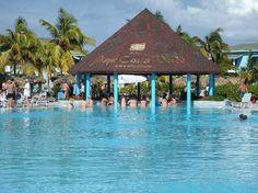 Playa Costa Verde Holguin, Cuba Situer sur la belle plage de Pesquero à 50 minutes de l'aéroport de Holguin et 10 minutes de Guardalavaca. L'hôtel offre 480 chambres réparties dans plusieurs édifices de 2 étages avec les services de 4 restaurants, 7 bars dont 1 à la plage et 1 dans la piscine! Jaimonvoyage.com