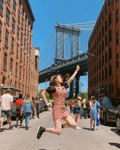 Image may contain: 1 person, sky, shoes, bridge, child and outdoor Nyc Girl, Korean People, Insta Photo Ideas, Ulzzang Girl, Brooklyn Bridge, Girl Photos, Photoshoot, Poses, Photography