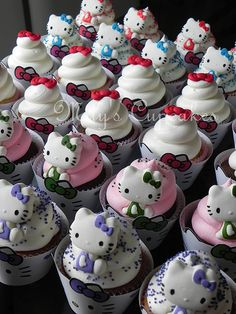 Cupcakes decorados con crema y figuras en pastillaje, wrappers a juego de colores