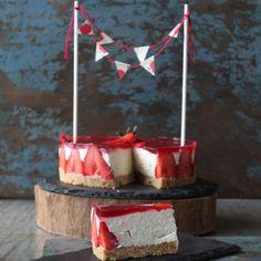 Så er det tid til endnu en cheesecake på bloggen – denne gang med sommersøde jordbær. Jeg bliver aldrig træt af cheesecake, så da jeg skulle kreere en kage til min søster fødselsdag, blev det denne cheesecake, som heldigvis faldt i god jord hos resten af familien.  Friske j....