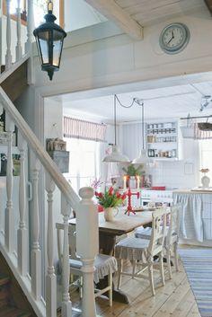 Very cute Swedish cottage! - DIY Home Decor Swedish Farmhouse, Swedish Cottage, Swedish Kitchen, Swedish Decor, Swedish Style, Farmhouse Style, Nordic Style, Scandinavian Style, Scandinavian Kitchen