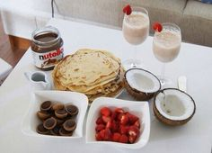 Strawberry and Nutella crepe and a very nice breakfast . Köstliche Desserts, Delicious Desserts, Yummy Food, Tasty, Perfect Breakfast, Breakfast Time, Crepe Bar, Nutella Crepes, Nutella Breakfast